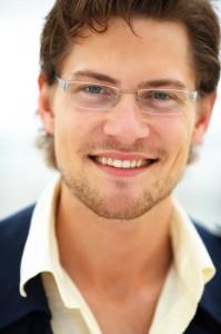 Мъж с очила за четене